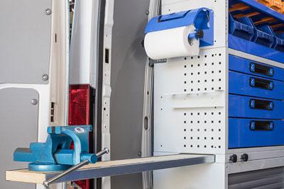Schubladenschrank mit ausziehbarer Arbeitsplatte, Schraubstock und Papierrollenhalter - Tecnolam Fahrzeugeinrichtungen