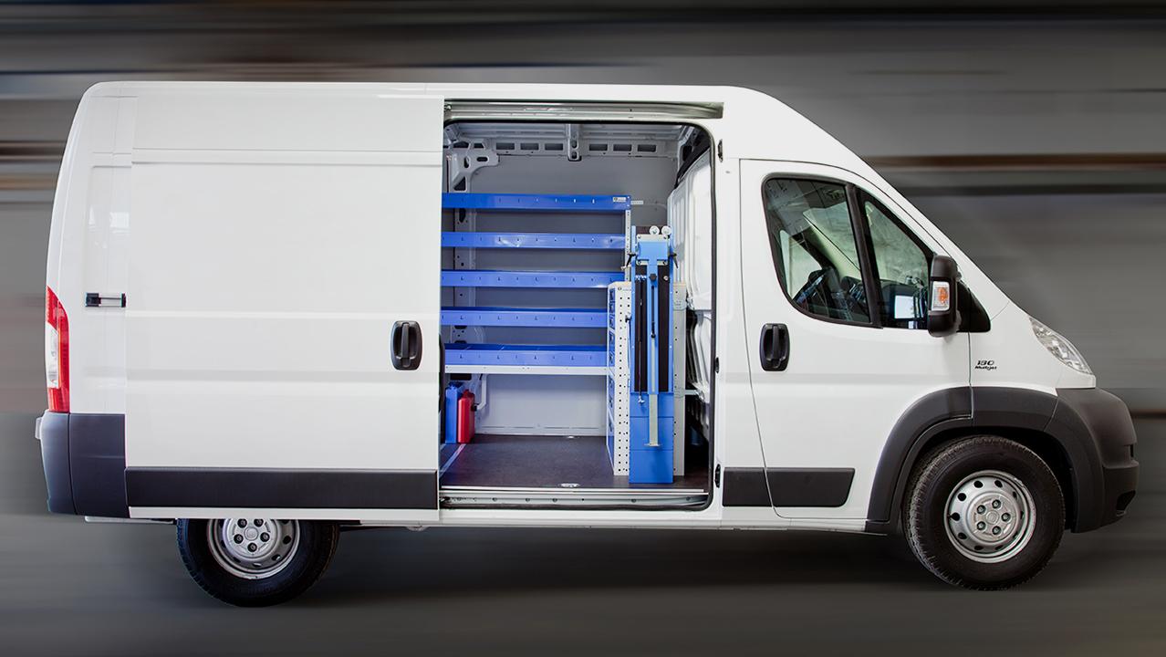 Fahrzeugeinrichtung eines Transporters mit geöffneter Seitentür