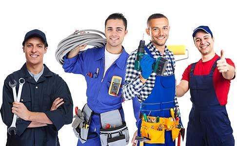 4 Handwerker tragen unterschiedliche Werkzeuge - Kabel, Pinsel, Bohrmaschine, Schlüssel