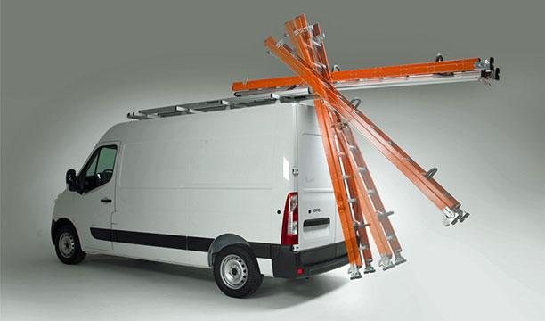 Bewegung des Leiters auf dem Dach des Transporters durch den Mechanismus des Leiterträgers