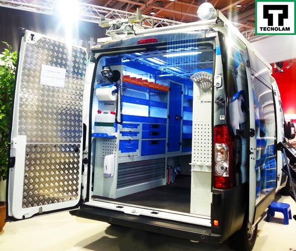 Hintere Ansicht Transporter eingerichtet mit Regalen und Wandverkleidungen von Tecnolam